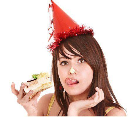 mujer-comiendo-fiesta-456
